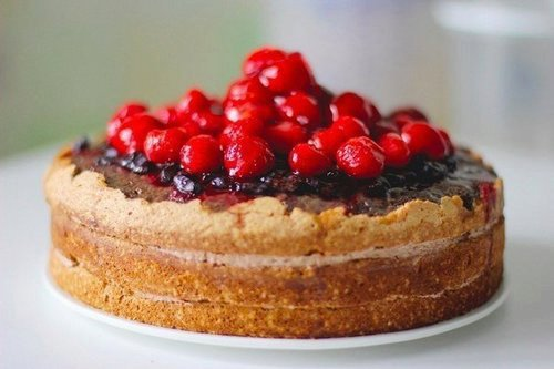 A classic sponge cake with berries